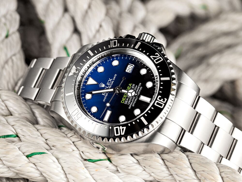 As an excellent diver watch, this replica Rolex watch carries 3,900m waterproof functions, presenting the extraordinary achievement on waterproof function.