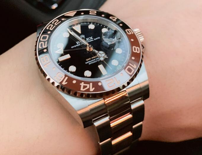 The brown and black ceramic bezel makes the timepiece more eye-catching.