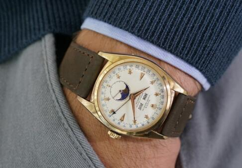 The antique Rolex Ref.6062 has always been sold at high price.